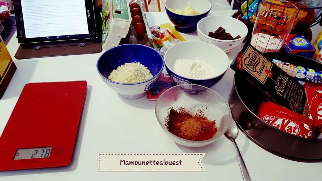 ingrédients gâteau au chocolat kitkat et smarties.jpg