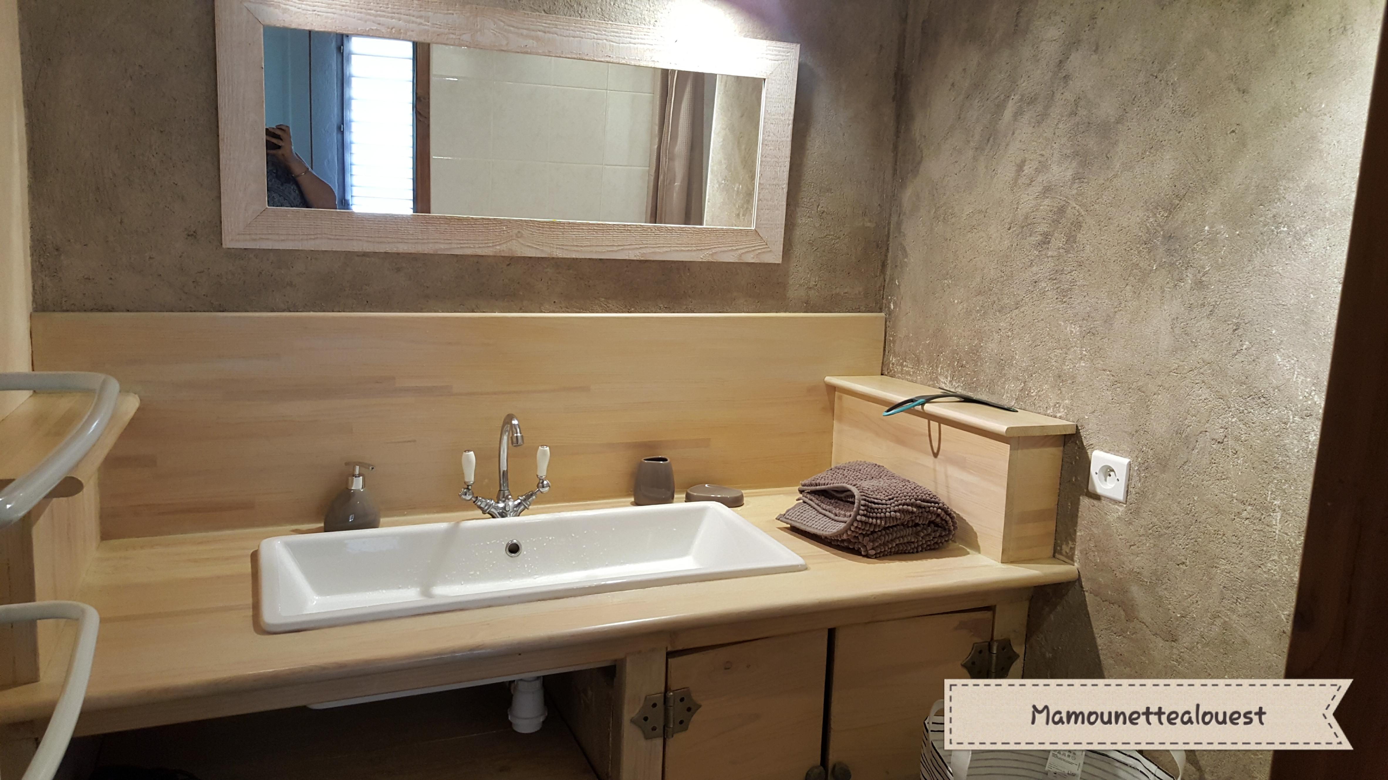 La salle d'eau du Gîte St Claude à Malleval.jpg