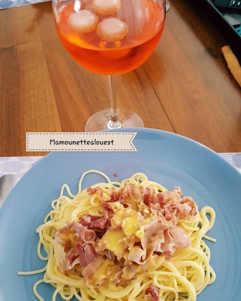 Spaghettis à la carbonara  avec un verre de spritz