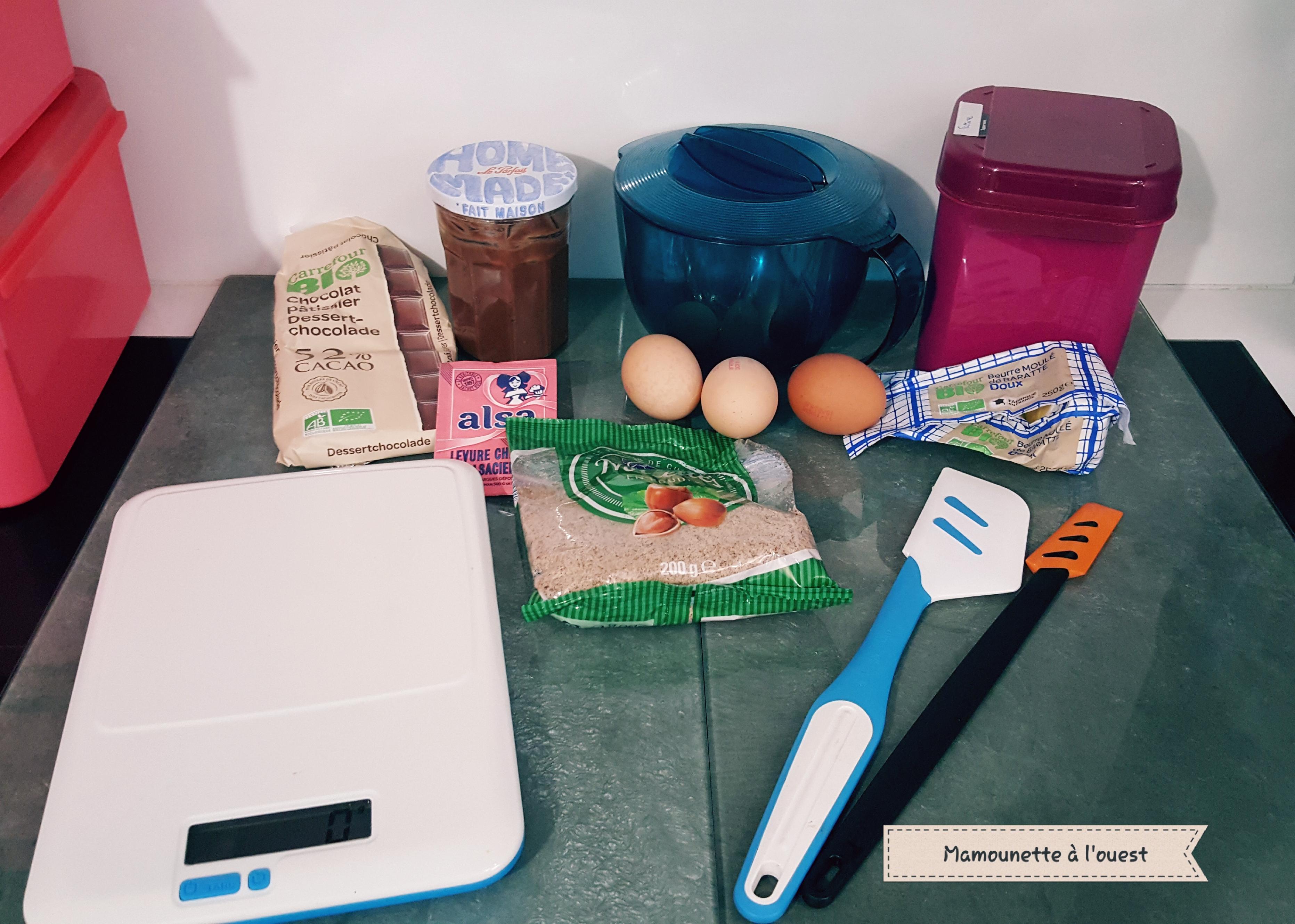 Les ingrédients pour réaliser le gâteau moelleux, chocolat / noisettes, au pichet micocook de Tupperware.
