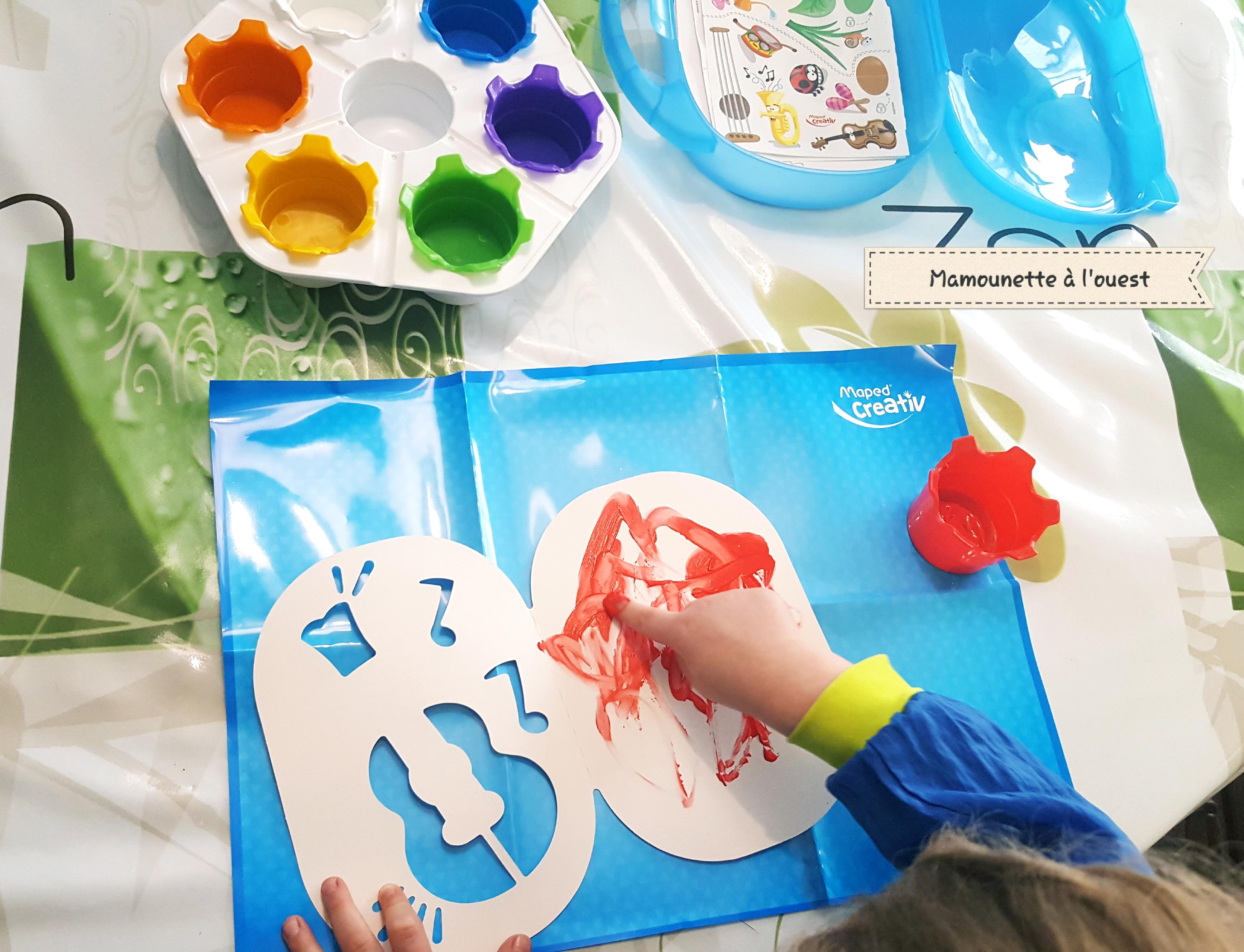 """Manoë découvre """"Mon premier kit de peinture au doigt de Maped Créativ""""."""
