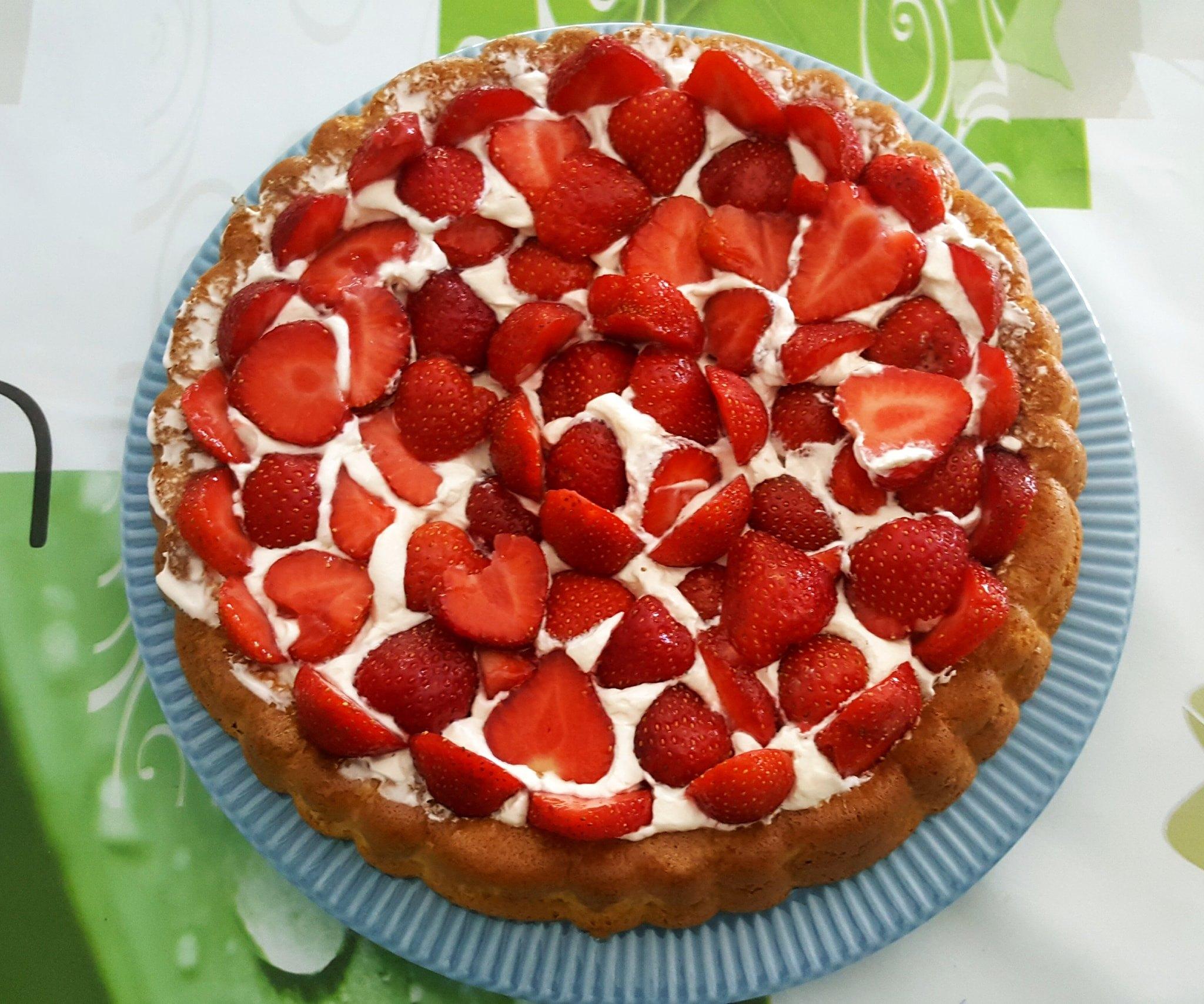 Biscuit léger sucré, garni de chantilly maison et fraises.