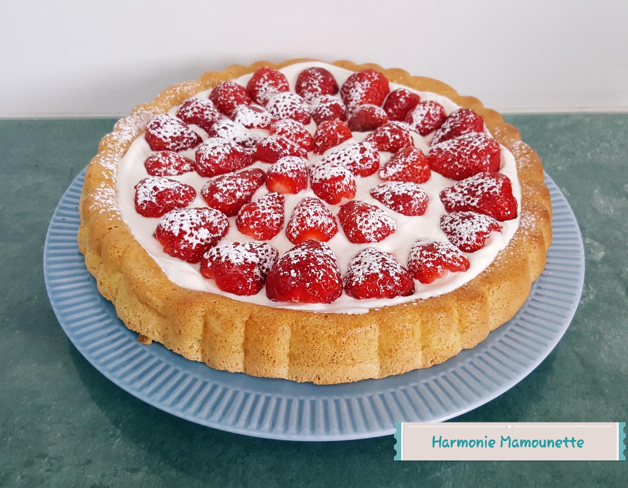 Biscuit léger sucré, garni de chantilly maison et fraises. Réalisé dans le moule à garnir de Tupperware.