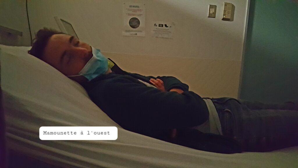 Papounet prend un petit temps de repos, pendant que je gère mes contractions.